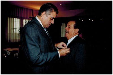 Juan Garrido del Río recibiendo de manos de Lorenzo Sanz la insignia de 25 años de socio