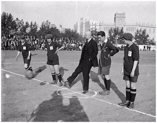"""Imagen 1: Ramon Claret y Joan Bert (autores), (1914-1920): """"kickoff de Narcís Masferrer a un partit de futbol femení"""". Arxiu Nacional de Catalunya. Fons ANC1-64/Bert i Claret (fotoperiodistes). Código de Referencia: ANC1-64-N-1712."""