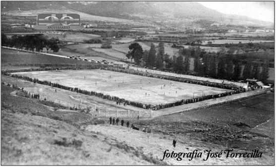 """Figura 3 : Imagen del """"Stadium Merkatondoa"""" el 11 de noviembre de 1928, día de su inauguración.  (Fuentes: José Torrecilla & C.D. Izarra)"""