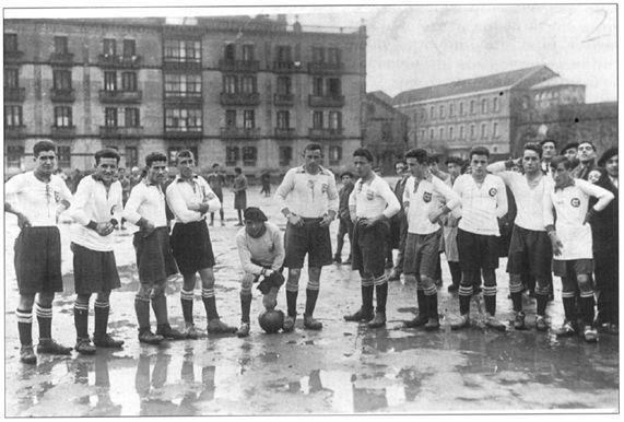 Figura 6 : Fotografía del equipo del Club Deportivo Ilumberri, que se desplazó el 15 de enero de 1928 a Pamplona para disputar las semifinales del Torneo de Clubes no federados. Como puede observarse, el terreno de juego del Stadium Militar estaba completamente encharcado. (Fuente: C.D. Ilumberri).