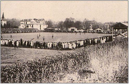 Figura 7 : Fotografía del campo de fútbol pamplonés de San Juan. (Fuente: Gran Enciclopedia Navarra)