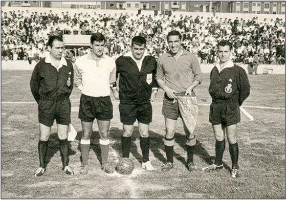 Figura 16 : Inauguración del Estadio de Oberena, el 6 de septiembre de 1964. En el centro de la imagen el colegiado Zariquiegui junto con Remacha; capitán del C.D. Oberena, y Hormaechea, capitán del C.A. Osasuna. (Fuente: Sección de fútbol de C.D. Oberena)