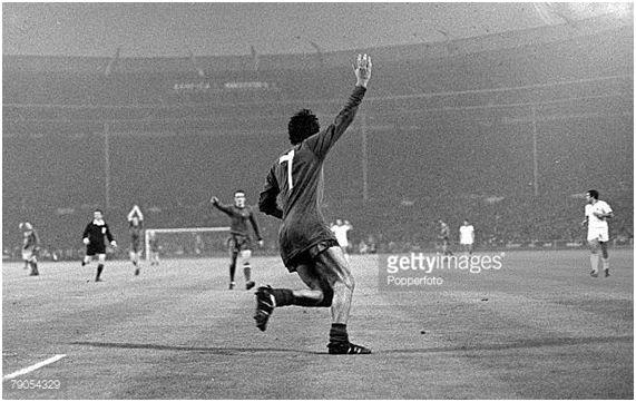 George Best celebra tras marcar el 2-1 ante el Benfica en Wembley. Foto: Gettyimages