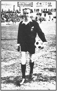 Juanito Gardeazábal. Sus puños y cuello blanco dibujando un pico sobre la chaquetilla, así como la rodillera, recuerdo crónico de su lesión juvenil, llenaron toda una generación futbolística.