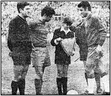 Juan Ignacio Gardeazábal, de 13 años, hijo del homenajeado, recibe de Sadurní un banderín antes de que el balón echase a rodar.