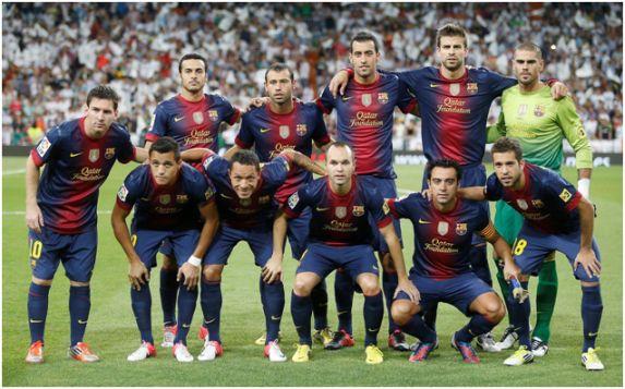 Formación 2012-13. De Pie: Pedro, Mascherano, Busquets, Piqué, Víctor Valdés. Agachados: Messi, Alexis Sánchez, Adriano, Iniesta, Xavi, Jordi Alba.