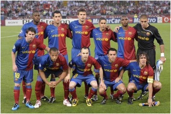 Formación 2009-10. De Pie: Touré Yayá, Busquets, Piqué, Sylvinho, Eto'o, Víctor Valdés. Agachados: Messi, Henry, Iniesta, Xavi, Puyol.