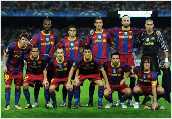 Formación 2010-11: Arriba: Abidal, Pedro, Busquets, Piqué, Víctor Valdés. Abajo: Messi,  Dani Alves, Iniesta, Villa, Xavi, Puyol.