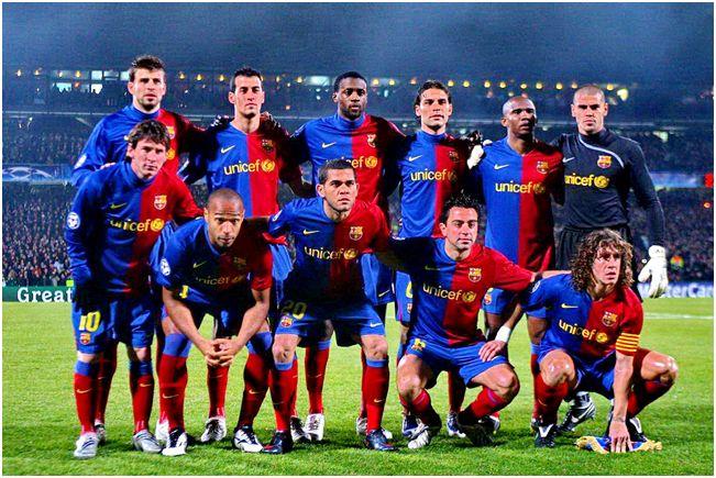 Formación 2008-09. Arriba: Piqué, Busquest, Touré Yayá, Márquez, Eto'o, Víctor Valdés. Agachados: Messi, Henry, Dani Alves, Xavi, Puyol.