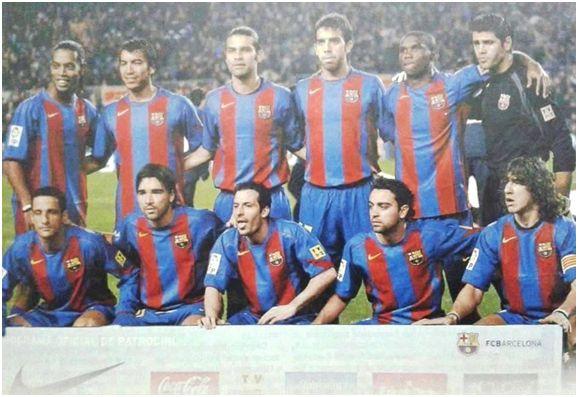 Formación 2004-05. De Pie: Ronaldinho, Van Bronckhorst, Márquez, Oleguer, Eto'o, Víctor Valdés. Agachados: Belletti, Deco, Giuly, Xavi, Puyol.