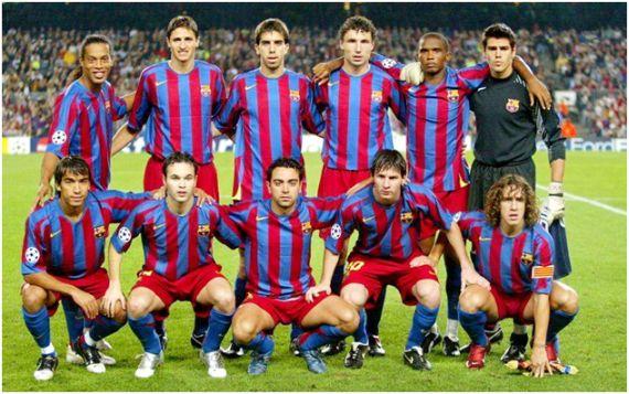 Formación 2005-06: De pie: Ronaldinho, Edmílson, Oleguer, Van Bommel, Eto'o, Víctor Valdés. Agachados: Van Bronckhorst, Iniesta, Xavi, Messi, Puyol.
