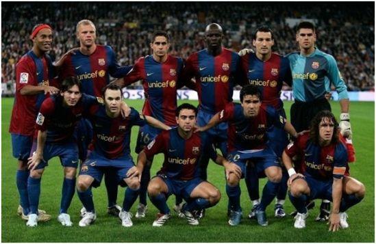 Formación 2006-07. De Pie: Ronaldinho, Gudjohnsen, Sylvinho, Thuram, Zambrotta, Víctor Valdés. Agachados: Messi, Iniesta, Xavi, Deco, Puyol.