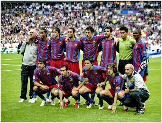 Formación del F.C. Barcelona Campeón de la Liga de Campeones 2005-06: De Pie: Ronaldinho, Edmílson, Márquez, Van Bommel, Oleguer, Víctor Valdés, Eto'o. Agachados: Van Bronckhorst, Giuly, Deco, Puyol.