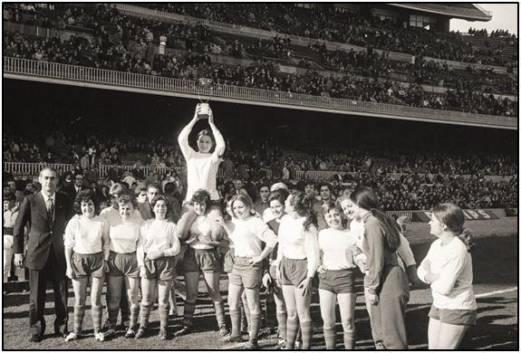 Colofón del partido disputado en el Camp Nou barcelonés, el 25 de diciembre de 1970. Ramallets y sus pupilas reciben el aplauso de un público todavía incrédulo. Las españolas no es que quisieran jugar fútbol. ¡Es que ya lo hacían!