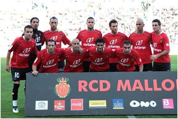Formación 2009-10: Arriba: Aouate, Ramis, Mario Suárez, Víctor, Nunes, Aduriz. Abajo: Julio Álvarez, Josemi, Borja Valero, Chori Castro, Ayoze.