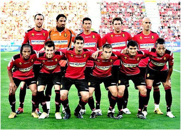 Formación 2011-12. Arriba: Ramis, Aouate, Martí, Víctor, Nunes. Abajo: De Guzmán, Pina, Pablo Cendrós, Álvaro, Chori Castro, Nsue.