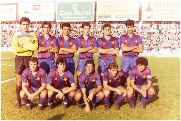 Formación 1986-87: Arriba: Albarrán, Vinyals, Nayim, Sergi L., Cristóbal, Albesa.  Abajo: Villarroya, Casals, Carreras D., López López, Antonio López.
