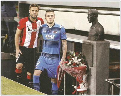 La tradicional ofrenda sigue manteniéndose en el nuevo San Mamés. Gouweleeuw y Gurpegui, capitanes del AZ Alkmaar y Athletic Club, antes de que echase a rodar la pelota en un choque de la Europa League.