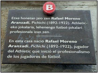 Placa con importante error en dos idiomas, que hizo instalar el Ayuntamiento bilbaíno en la casa natal del mito.