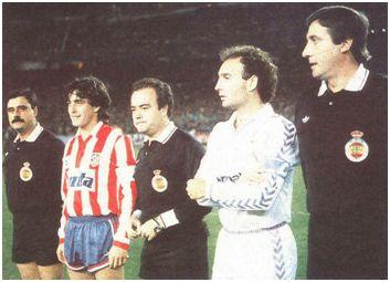 Los capitanes Futre y Gallego posan con Martin Navarrete y sus auxiliares. (MARCA – Jorge Fernández)