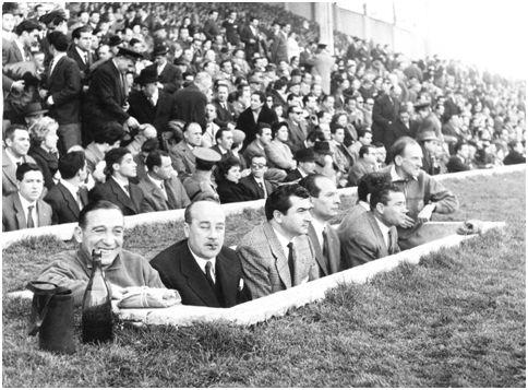 En el centro de la imagen Muñoz y Moleiro separados por el Doctor Iglesias y los masajistas Legido y Benedicto en las esquinas, durante un partido en 1959. (ABC)