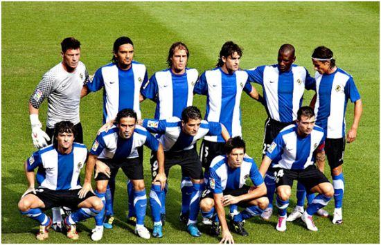 Formación 2010-11. De Pie: Calatayud, Abel Aguilar, Fritzler, Abraham Paz, Pamarot, David Cortés. Agachados: Tote, Paco Peña, Portillo, Sendoa, Tiago Gomes.