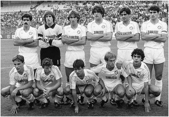 Formación 1983-84: De Pie: Juanito, Ochotorena, Martín Vázquez, Francis, Pérez Durán, Míchel. Agachados: Martín González, Butragueño, De las Heras, Pardeza, Sanchís.