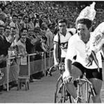 Bernardo Ruiz, al fondo, y el vencedor de la última etapa Segovia-Madrid, Víctor Ruiz, durante la vuelta de honor dentro del estadio. (Agencia EFE)