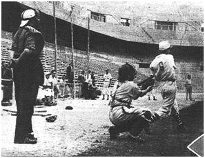 El madridista Barrios golpea durante unos de los encuentros de semifinales. (MARCA Grafico)