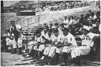 Los jugadores madridistas descansan bajo la zona de preferencia de las gradas de Chamartín durante las finales.