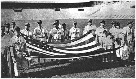 La selección de Castilla posa sobre el césped del Bernabéu con la bandera estadounidense. (MARCA Grafico)