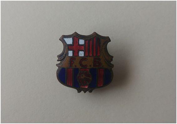 Una de las primeras insignias del Foot-ball Club Barcelona, producida en Suiza por Hugenin, empresa de la que fue representante Joan Gamper.