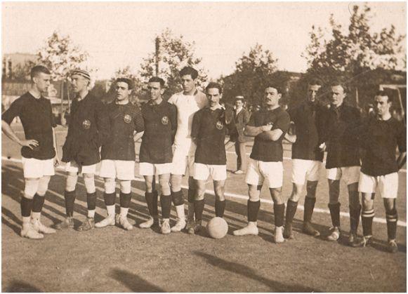 Primer equipo del F.C. Barcelona, que fue derrotado por 0-1 el 29 de octubre de 1911 frente a la Real Sociedad en Barcelona. Se alinearon: Renyé, Bru, Arnechazurra, Quirante, C. Comamala, Peris, Forns, Rodríguez, Rotziky, C. Wallace y P. Wallace (en la imagen falta uno de los jugadores). Archivo del autor.