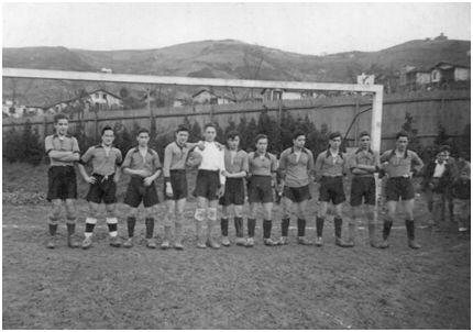 Una de las alineaciones del SEU de Guecho que participó en el torneo amateur del año 1937 organizado por el Athletic Club. La fotografía está sacada en el campo de Cruce Verde [campo situado en la Anteiglesia de Begoña y actualmente desaparecido. Fue la sede del Begoña, inicialmente denominado Unión Deportiva Begoña]. De izquierda a derecha: Saldaña (SEU), Pérez (SEU), Bastida (SEU), Basarrate, Echevarría, Pomposo, Elorriaga, Arrieta, Mugarra, Menchaca y Bengoechea. (Fotografía cedida por el algorteño Valentín Pomposo).