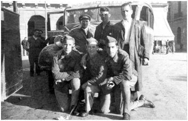 Echevarría, el primero de los arrodillados a la izquierda, acompañado por compañeros del Regimiento América. La instantánea fue tomada, casi con toda probabilidad, en Pamplona en setiembre de 1938. (Fotografía cedida por Garbiñe Bitorika Apeztegia, viuda de Echevarría).