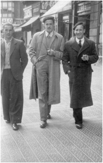 Echevarría paseando por Madrid el día de su debut (18-02-1940). Le acompañan Barrie, en el centro, y Panizo, a la izquierda. (Fotografía cedida por Garbiñe Bitorika Apeztegia).