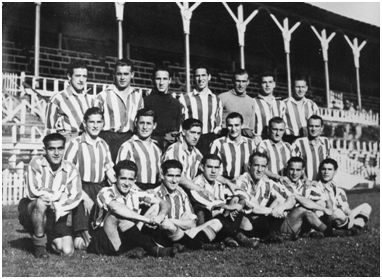 Una de las plantillas de la temporada 1940-41. De pie y de izquierda a derecha: Jáuregui, Mieza, Echevarría, Oceja, Leicea, Zabala y Arqueta. Arrodillados, de izquierda a derecha: Elices, M. Viar, Ortúzar, Urra, Ortiz; Bertol y Valle. Sentado, de izquierda a derecha: Iriondo, Gárate, Zarra, Unamuno (Victorio), Panizo y Gaínza (Agustín). Falta Barrie. (Autor probable: Germán Elorza Arrieta. Fotografía cedida por Garbiñe Bitorika Apeztegia).