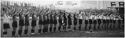 San Mamés, 17 de noviembre de 1940. Athletic Club, 6 – Murcia, 1. Los jugadores de ambos equipos y el equipo arbitral alineados en el centro del campo antes de comenzar el partido mientras escuchan las notas del Himno Nacional. Se trata de una imagen habitual en aquella época. (Autor: Germán Elorza Arrieta. Archivo Athletic Club).