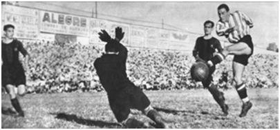 Campo de Chamartín (Real Madrid). Final de Copa del año 1942 disputada el 21 de junio de 1942 (Barcelona, 4 – Atlético de Bilbao, 3. Momento en el que 'Zarra' pudo resolver el partido en los comienzos de la primera parte de la prórroga. Un centro de Iriondo llega a los pies del delantero centro bilbaíno, quién 'a boca de jarro' y con Miró batido dispara con todas sus fuerzas, con tan poco acierto, que el balón, incomprensiblemente, salió fuera. (Autor: Zarco. Semanario deportivo Marca, 23 de junio de 1942. Fotografía cedida por la familia de Salvador Arqueta).