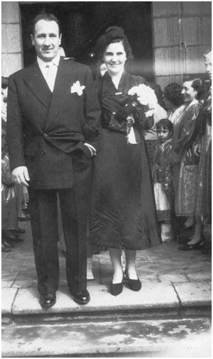 Garbiñe y José, ya casados, fotografiados en el pórtico de la iglesia de San Nicolas de Bari en Algorta. (Fotografía cedida por Garbiñe Bitorika Apeztegia).