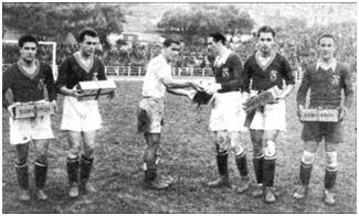 La instantánea recoge el momento de la entrega del obsequio por parte del equipo portugués. Echevarría es el primero a la derecha. (Fotografía cedida por Garbiñe Bitorika Apeztegia).