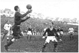 Echevarría durante el partido, blocando un balón protegido por Gabilondo, al tiempo que Peyroteo se apresta al remate. (Fotografía cedida por Garbiñe Bitorika Apeztegia).