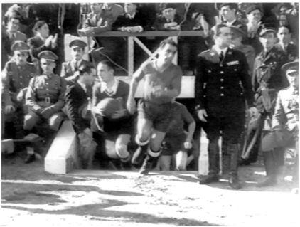 Los jugadores de ambas selecciones saltando al terreno de juego tras atravesar el túnel de vestuarios. Echevarría es el que figura en primer plano a la izquierda con el balón entre las manos. (Reproducción autorizada por la Filmoteca Española de varios fotogramas extraídos del Noticiario Español que recogió este acontecimiento deportivo).