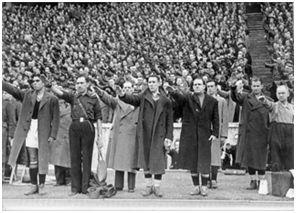 En la imagen se puede observar a varios jugadores de la selección española recibiendo la ovación al saltar al terreno de juego y sonar el Himno Nacional español: Martín, a la izquierda, siguiente no identificado, Echevarría, Gorostiza, Raich, detrás del anterior, Arqueta y siguiente no identificado. (Fotografía cedida por la familia de Salvador Arqueta).