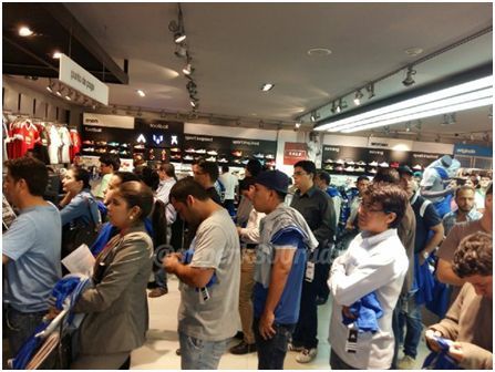Imagen 1. Emelecistas haciendo fila para comprar las camisetas de su equipo en la tienda Adidas,  Mall del Sol.  Tomado por: Radio Super K-800