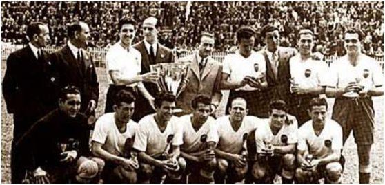 Formación 1941-42. Jugadores. De pie: Juan Ramón, Amadeo, Pío, Bertolí, Mundo. Agachados: Eizaguirre, Asensi, Iturraspe, Pechuán, Gorostiza, Epi, Lelé.