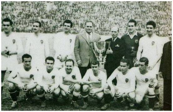 Formación 1943-44: De Pie: Mundo, Álvaro, Iturraspe, Eizaguirre, Juan Ramón. Agachados: Amadeo, Epi, Gorostiza, Lecue, Igoa, Ortúzar.