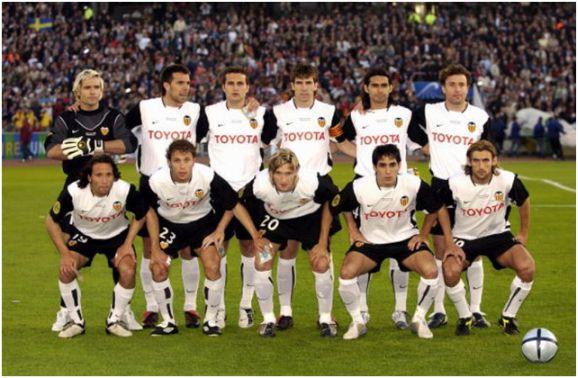 Formación 2003-04: De Pie: Cañizares, Marchena, Baraja, Albelda, Ayala, Carboni. Agachados: Rufete, Curro Torres, Mista, Vicente, Angulo.