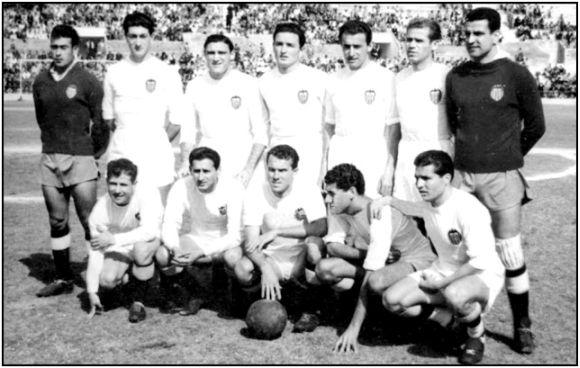 Formación 1954-55: De pie: Timor, Quincoces II, Monzó, Sócrates, Pasieguito, Puchades, Quique. Agachados: Maño, Fuertes, Badenes, Buqué, Seguí.