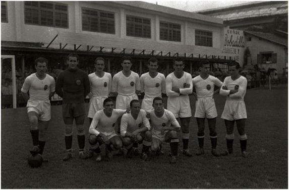Formación 1943-44. De pie: Asensi, Eizaguirre, Álvaro, Juan Ramón, Giraldós, Mundo, Elzo, Hernández. Agachados: Monzó, Gorostiza, Ortúzar.